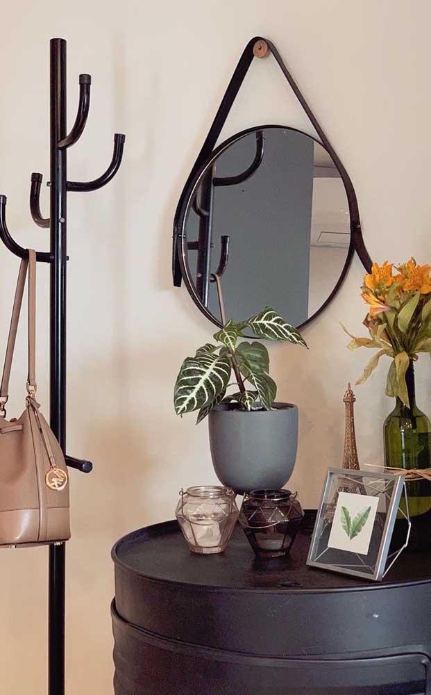 Espelho Adnet preto para combinar com o restante da decoração do ambiente
