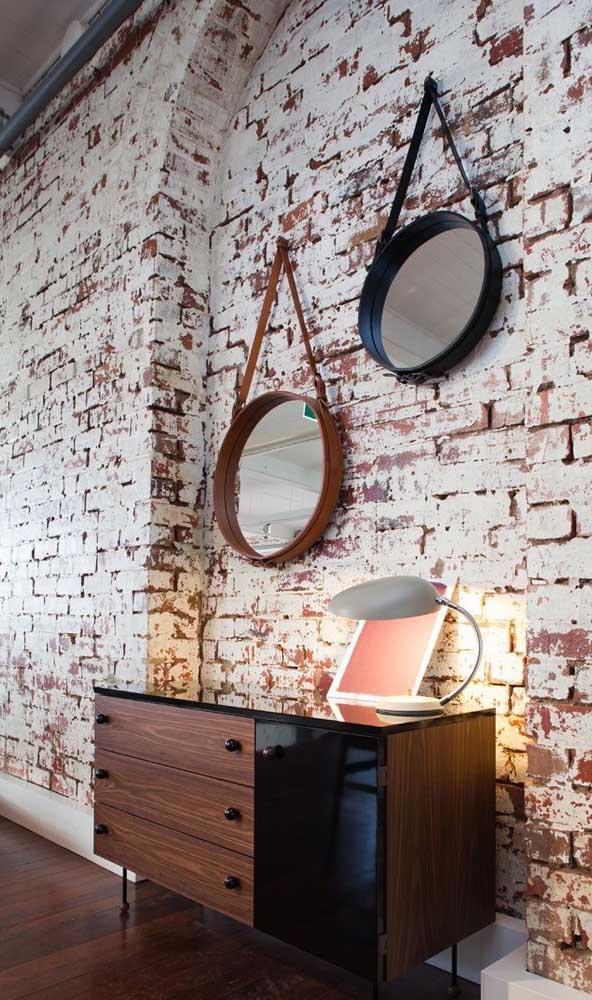 Espelho Adnet na parede de tijolinhos: o modelo vai bem do rústico ao clássico
