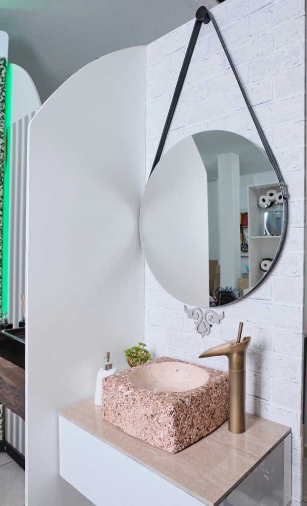 Esse banheiro cheio de estilo apostou em um modelo clean e simples de Adnet