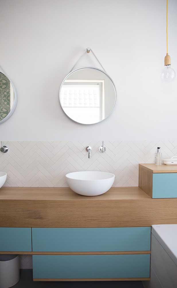 Espelho Adnet branco para o banheiro de estilo clean e elegante