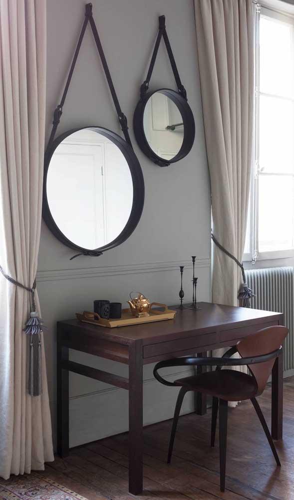 Essa sala de decoração clássica e sóbria apostou no uso do Adnet como diferencial