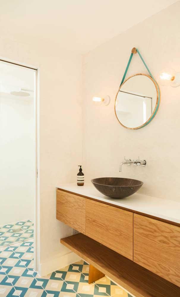O que acha de variar um pouco a ideia e trazer para o seu banheiro um Adnet com tira de couro azul?