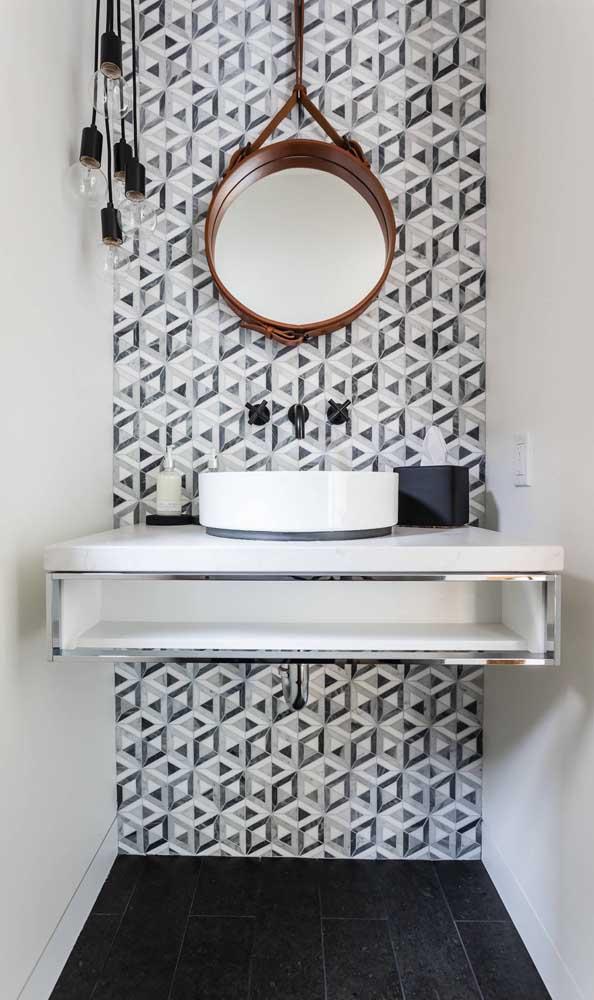 Aqui, o espelho Adnet marrom forma um lindo contraste com o papel de parede geométrico preto e branco