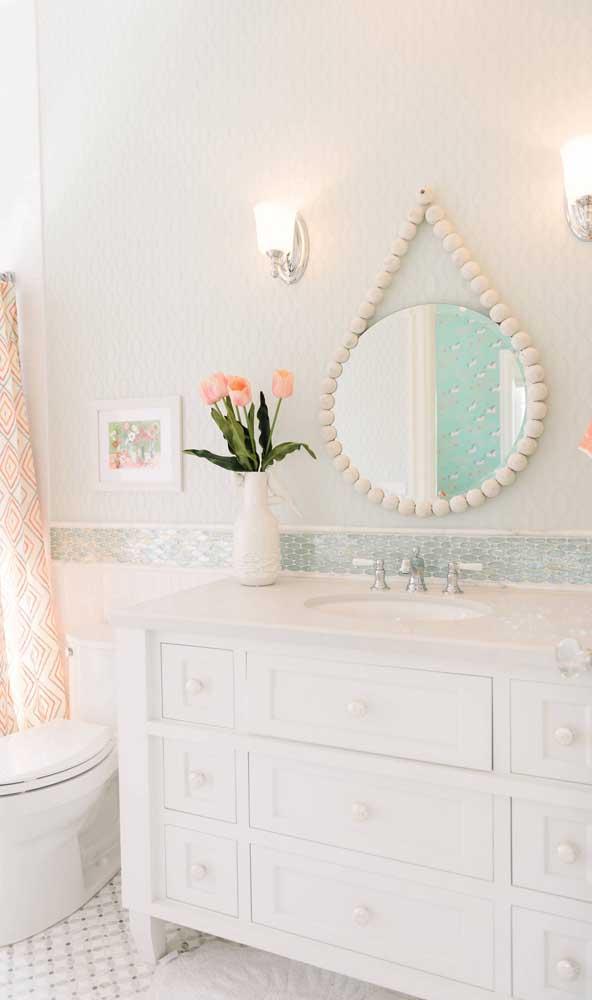 O que acha de dar um toque romântico e provençal ao espelho Adnet?