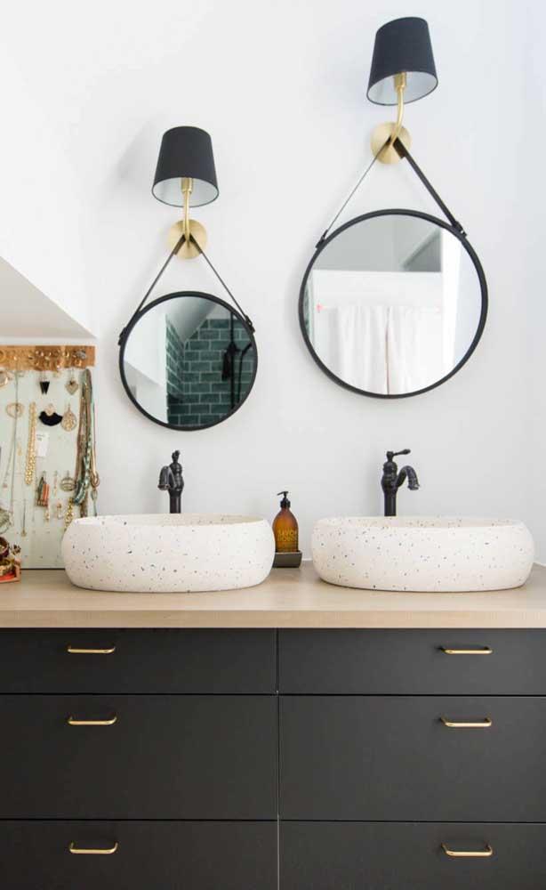 Olha que inspiração bacana: dois espelhos Adnet, em tamanhos diferentes, suspensos junto às luminárias