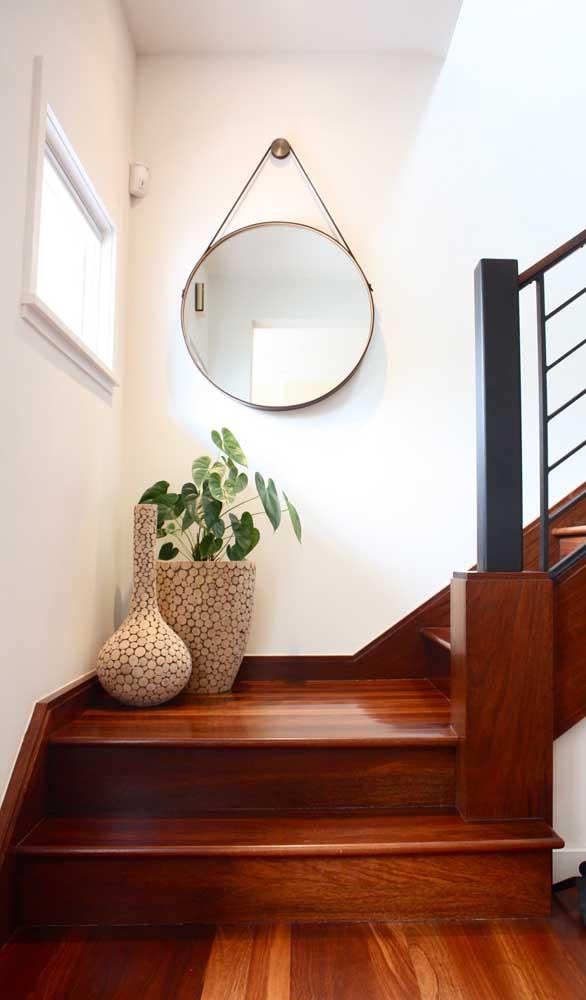 Deixe a escada mais bonita e estilosa com um espelho Adnet