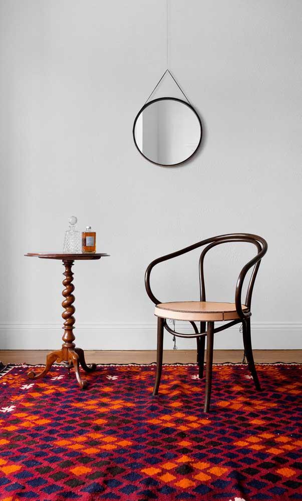 Aqui, o espelho Adnet ajuda a compor um ambiente contemporâneo e cheio de personalidade