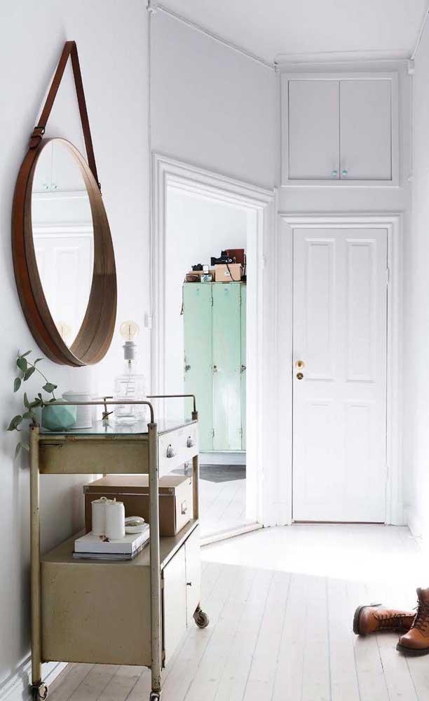 No hall de entrada, o espelho Adnet é um trunfo de decoração