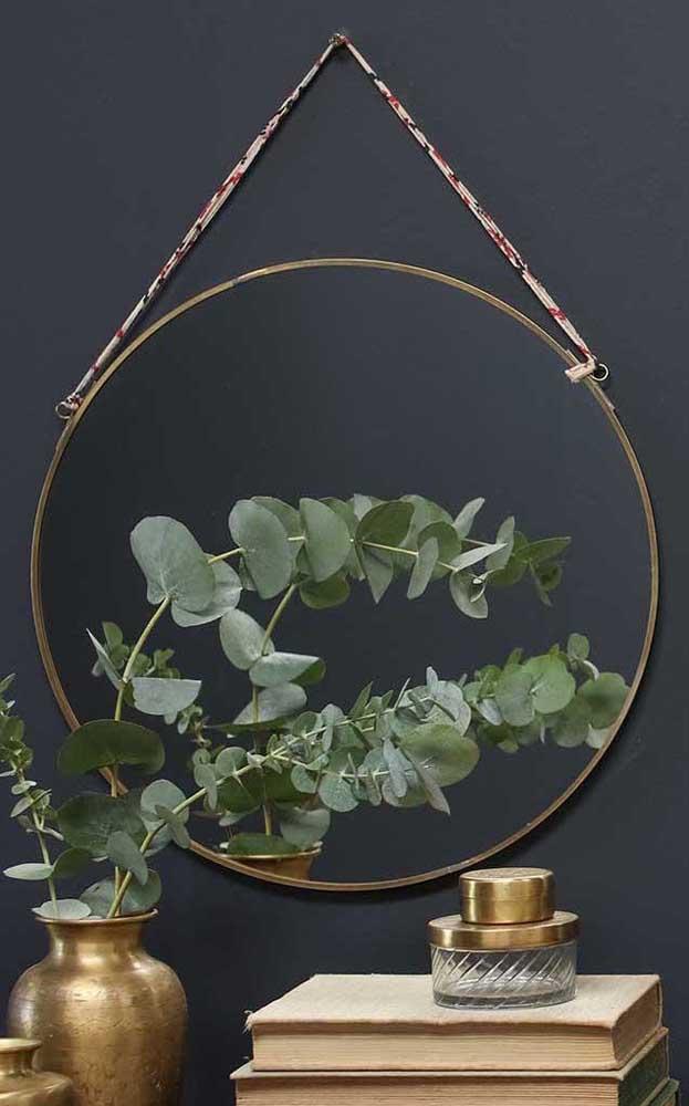 Uma forma de baratear o espelho Adnet é improvisar uma alça com tira de tecido e usar um espelho redondo que você já tem em casa
