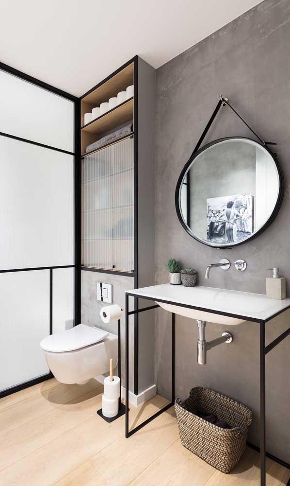 Banheiro moderno com espelho Adnet preto