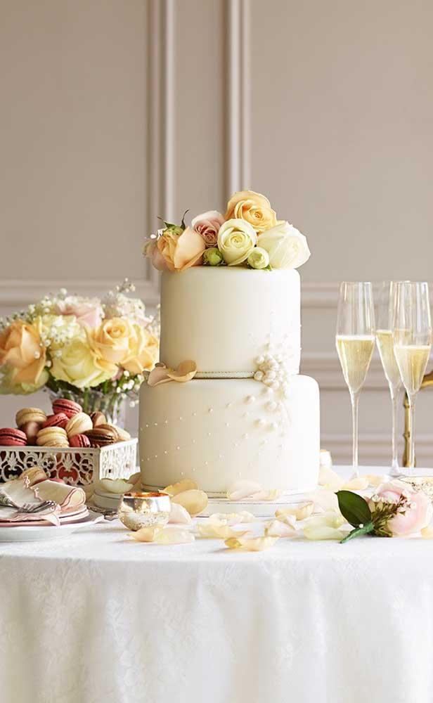 Bolo de bodas de pérolas decorado com rosas coloridas e, claro, pérolas