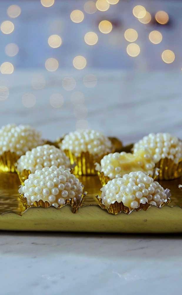 Os docinhos dessa festa de bodas de pérolas foram decorados com confetes semelhantes à joia