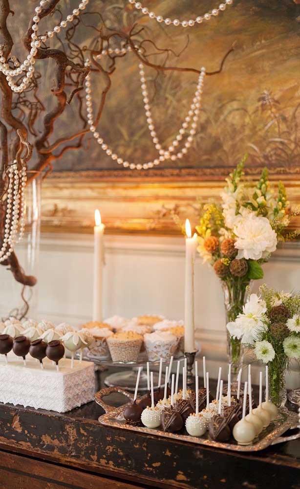 Mesa de doces da festa de bodas de pérolas