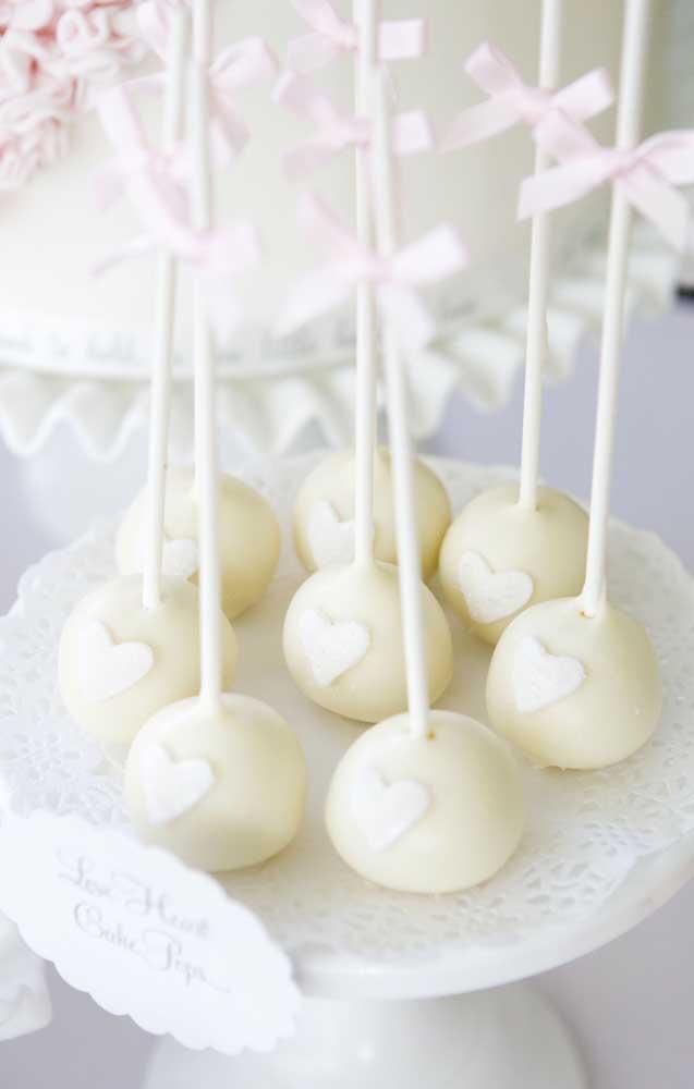 Chocolate branco para os doces ficarem na paleta de cores da festa