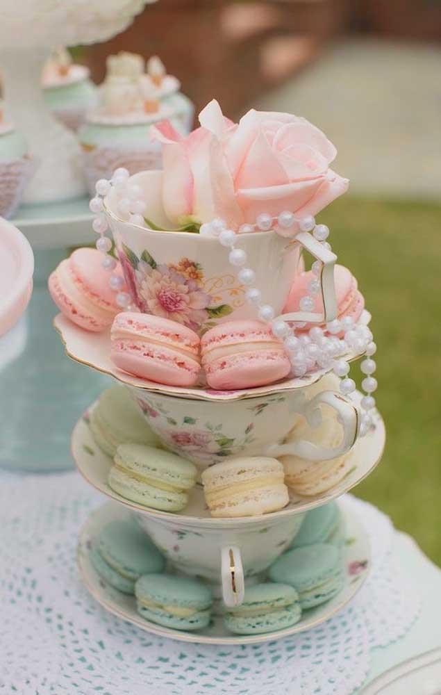 Muito charmoso esse arranjo de macarons nas xícaras de porcelana
