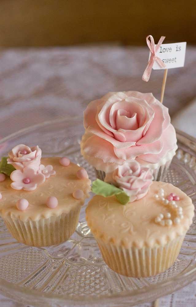 Um pouco de cor de rosa para a decoração dos cupcakes