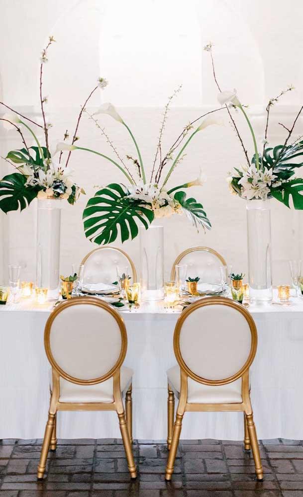 As folhas de costela de adão conferem um toque tropical para a festa de bodas de pérola