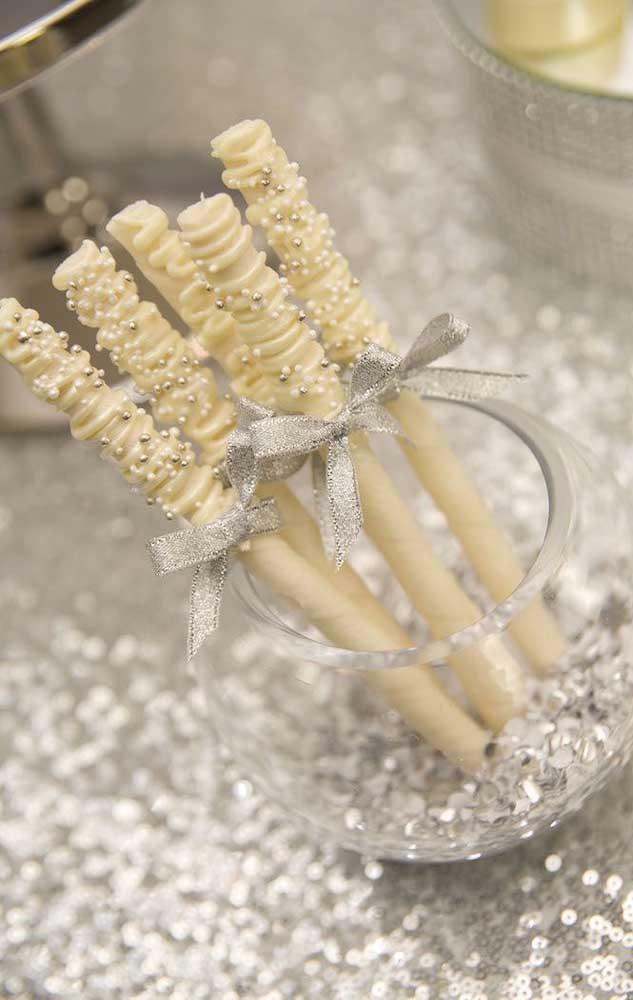 O tom metálico da prata traz elegância e sofisticação para a festa de bodas de pérola