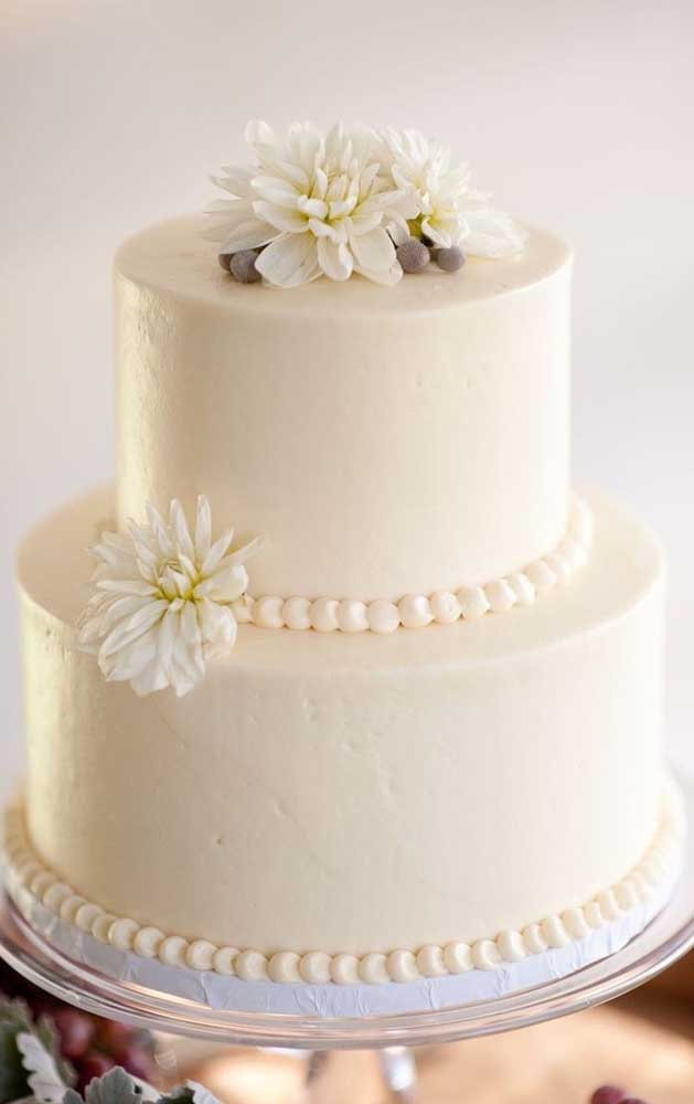 Bolo simples de bodas de pérolas decorado com pasta americana e flores