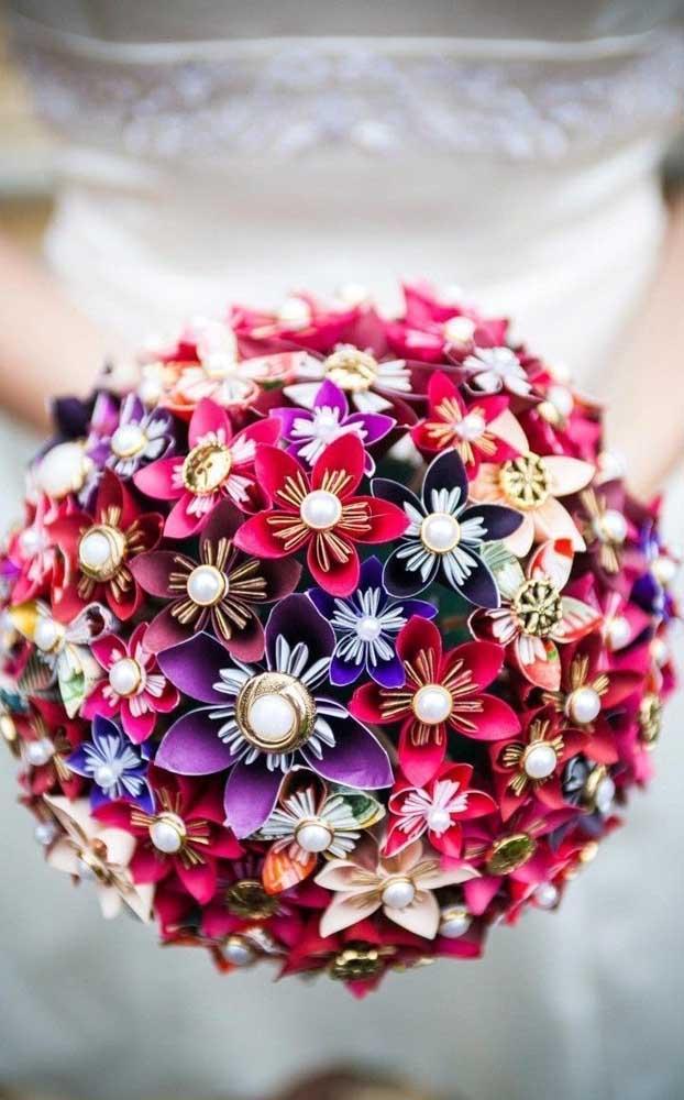 Que tal renovar os votos com um buquê de flores coloridas e pérolas?
