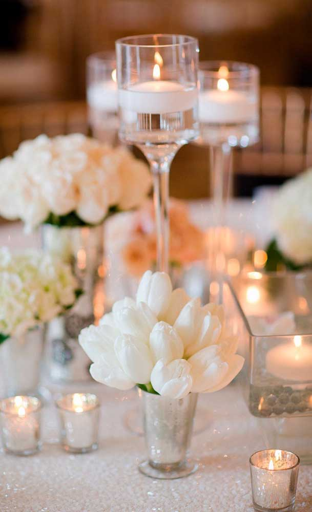 Combinação elegante e refinada entre as tulipas, as velas e a cor branca