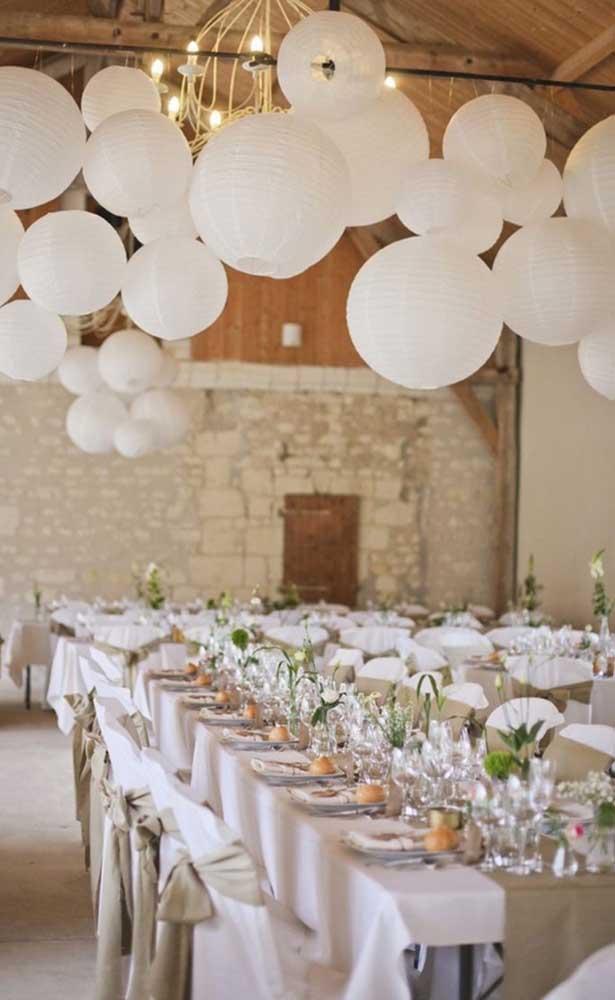 Lanternas chinesas brancas decoram o teto dessa festa de bodas de pérola