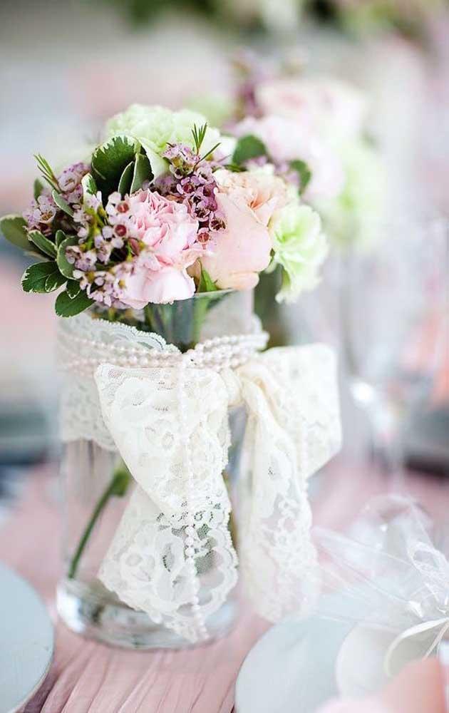 Flores variadas compõem esse arranjo pequeno e delicado adornado pela tira de renda