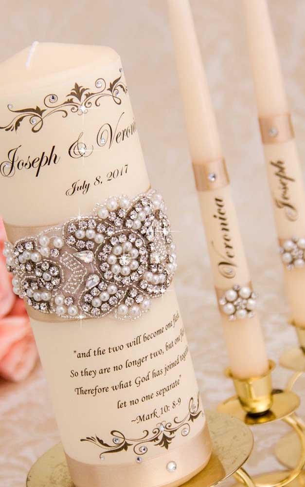 Velas personalizadas e decoradas também são uma boa pedida para a decoração das bodas de pérola