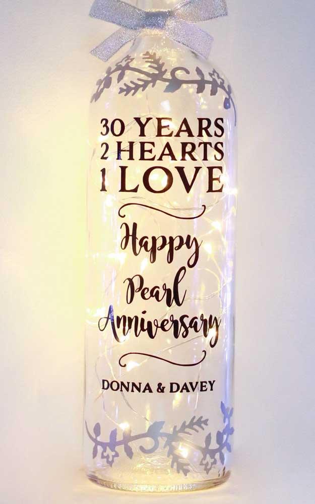 A garrafa de vidro traz uma bela mensagem aos 30 anos de casados