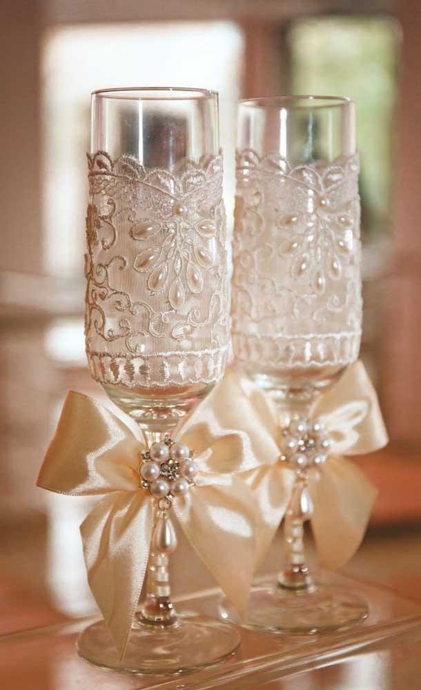 As taças para o brinde foram ricamente ornamentadas com renda e pérolas