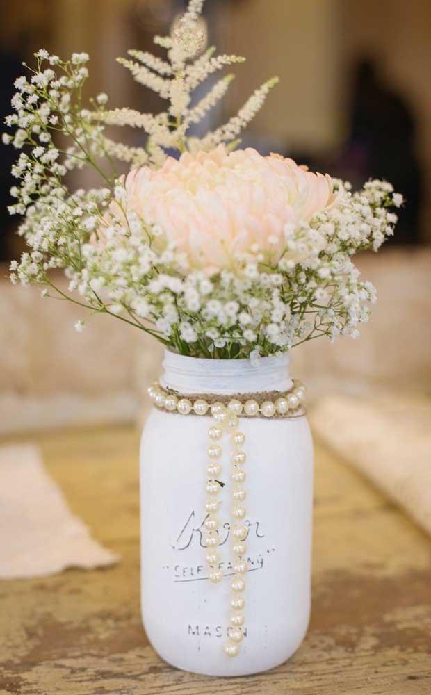 Opção de enfeite de mesa para as bodas de pérola feito com material reciclável