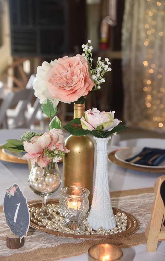 Delicadeza e um toque de rusticidade nessa decoração de bodas de pérola