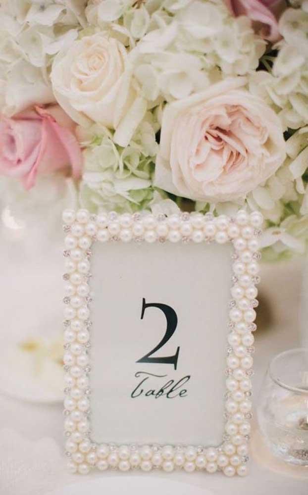 Linda maneira de marcar as mesas da festa de bodas de pérola