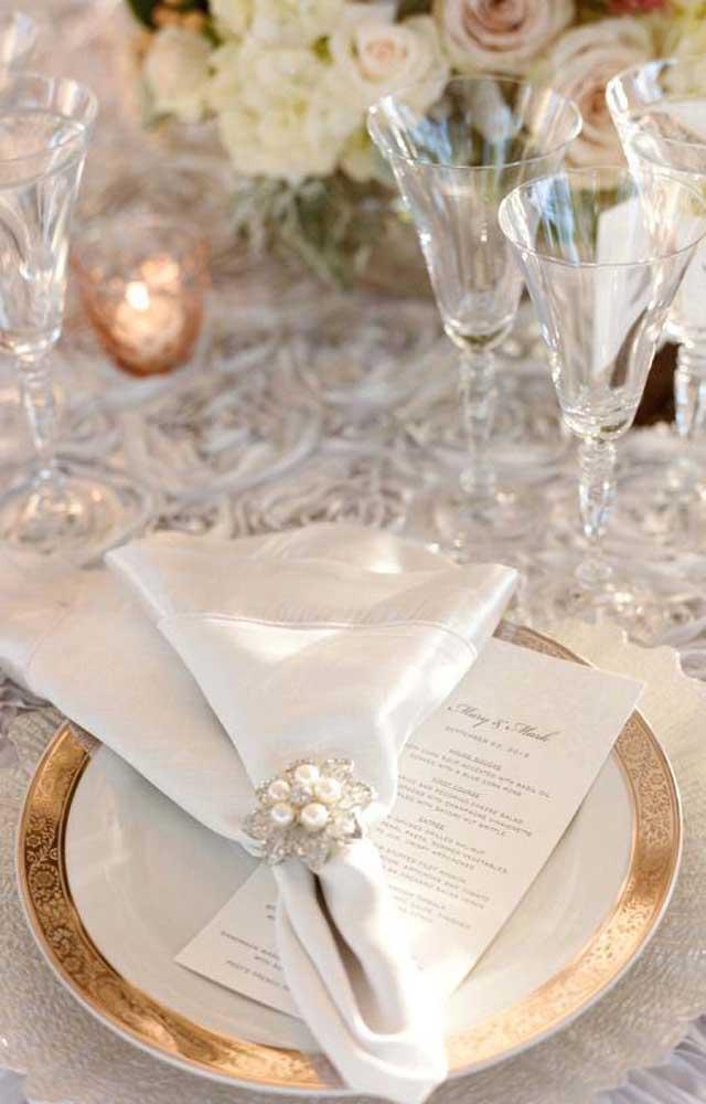 Um luxo só essa mesa posta para a festa de bodas de pérola