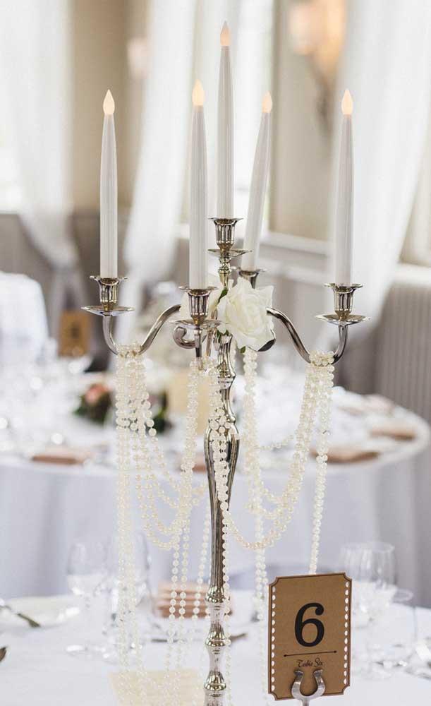 Pensou em decorar o centro da mesa com um castiçal? Olha que ideia linda!