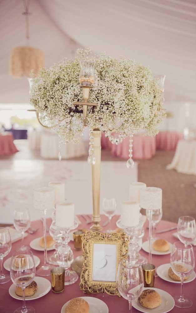 A toalha cor de rosa é o destaque dessa decoração de bodas de pérola