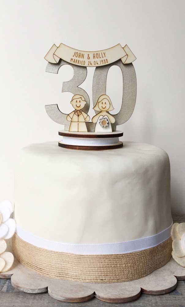 Em comemorações mais descontraídas é possível investir em um bolo de bodas de pérola simples, como esse da imagem