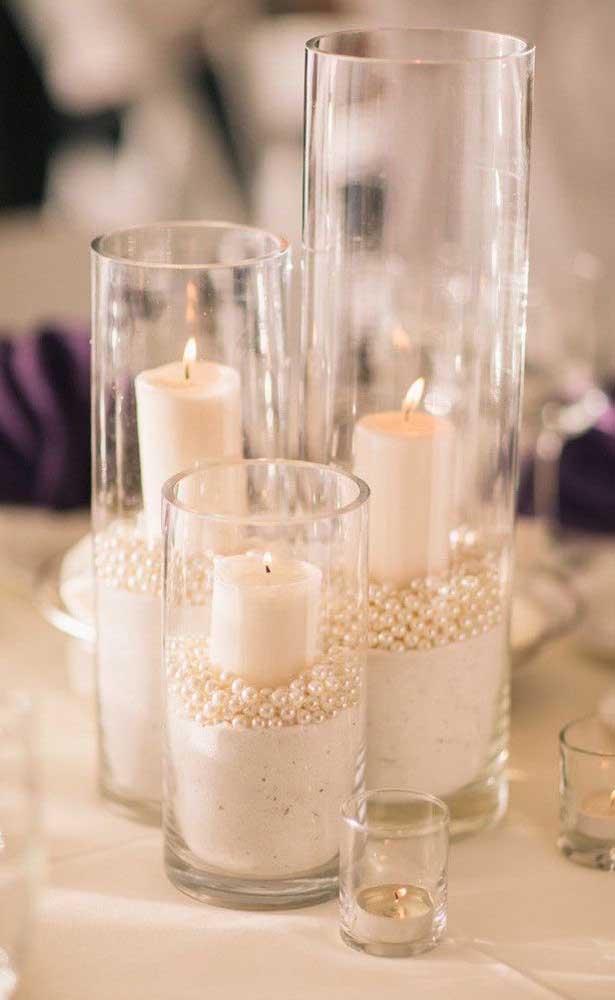 Decoração de bodas de pérola feita com vidros, velas e pérolas