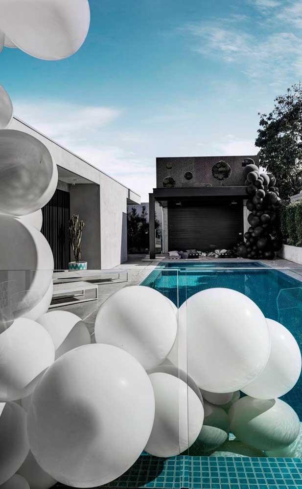 Festa de bodas de pérolas na piscina