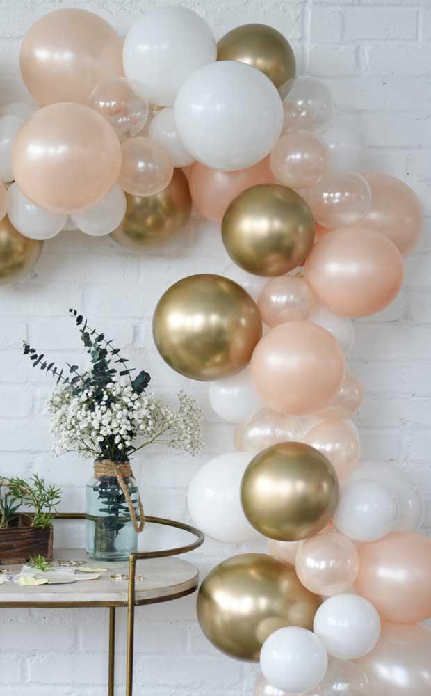 Dourado, branco e salmão colorem essa festa de bodas de pérolas