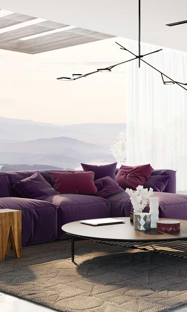 Sofá roxo super confortável para a sala de estar de tons claros e suaves