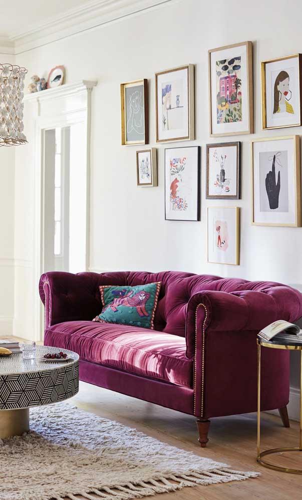 A combinação entre veludo e sofá roxo é perfeita!