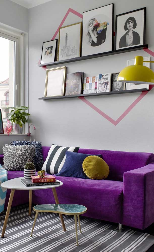 Aqui, o sofá roxo ganhou a companhia de detalhes em amarelo