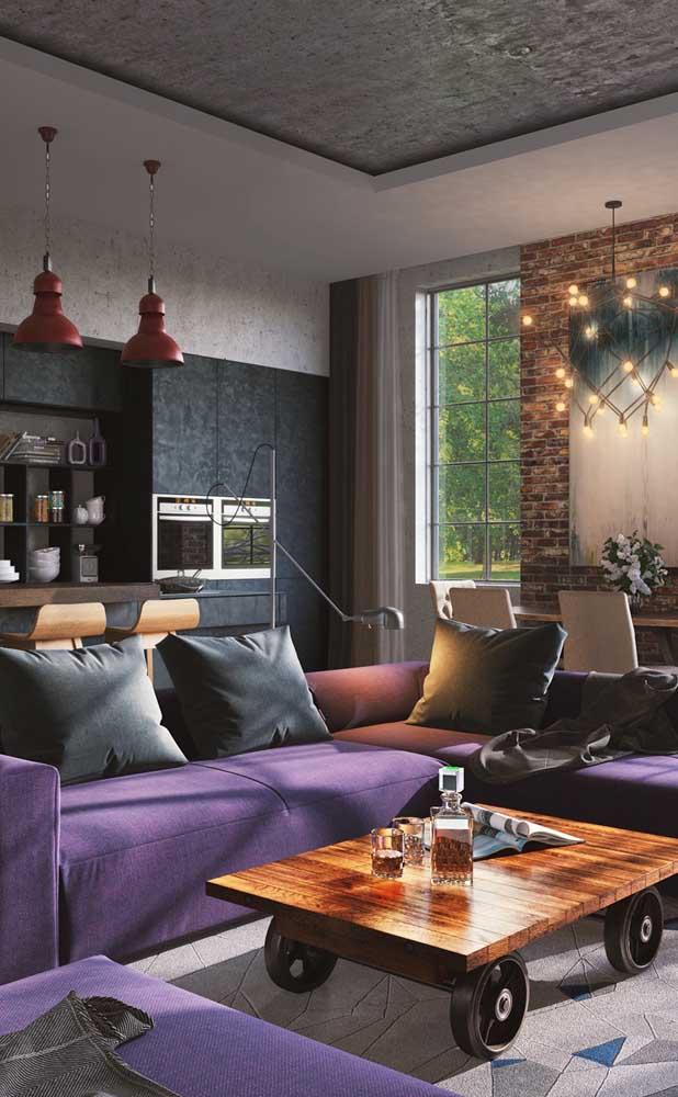 O ambiente sóbrio e moderno ganhou um toque a mais com o sofá roxo