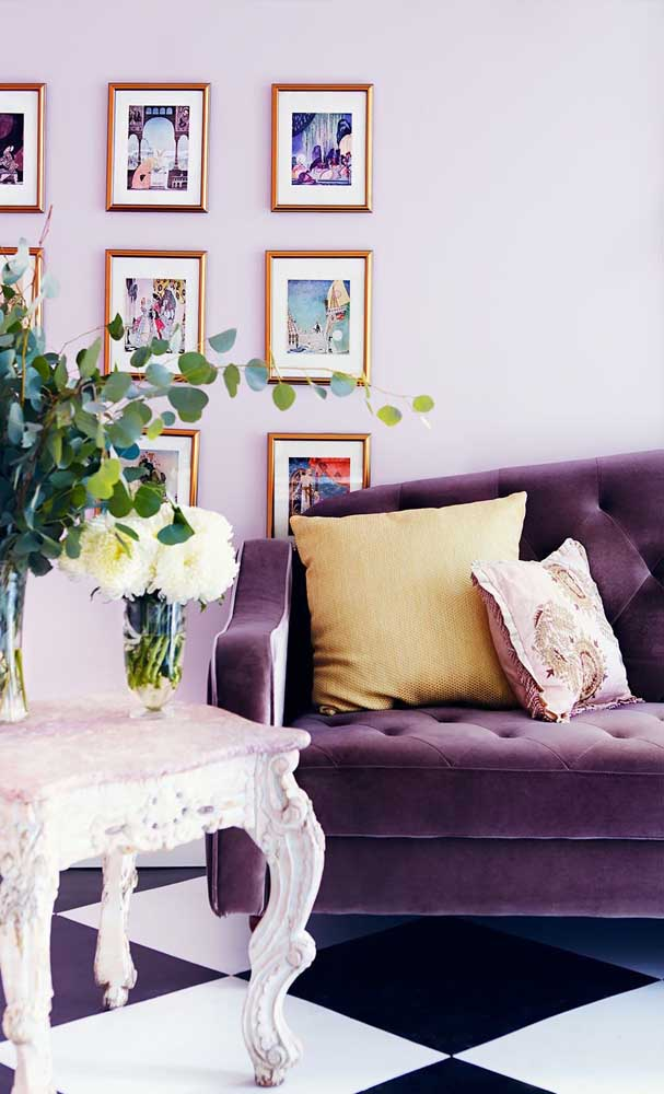 Decorações em estilo retrô ou provençal também aceitam muito bem o sofá roxo