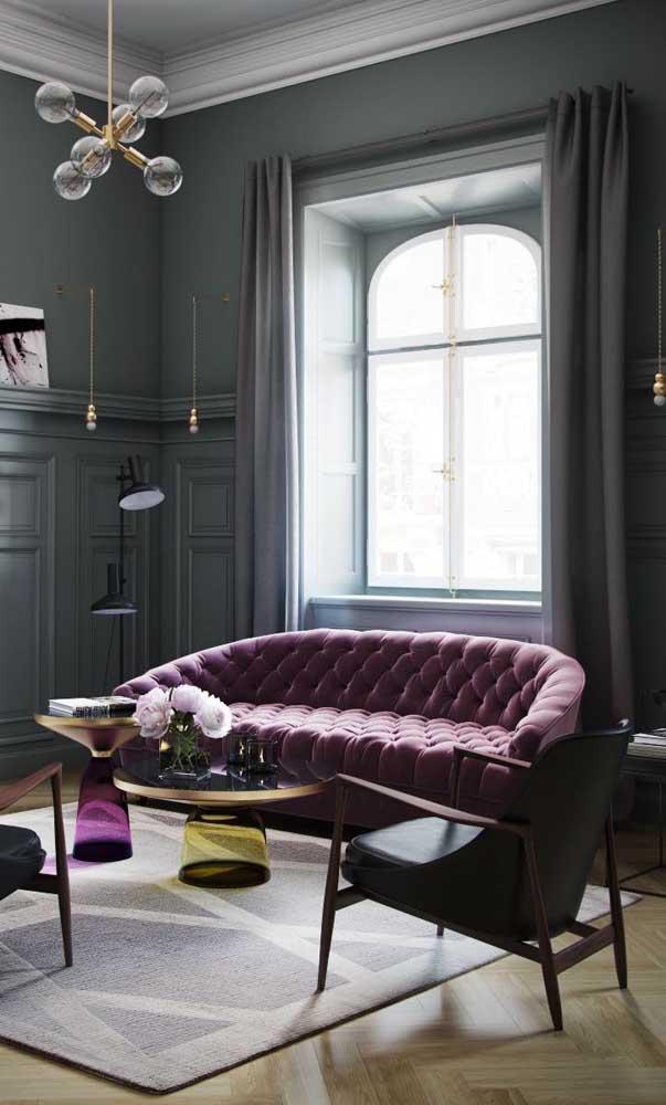 Quase perto do rosa, esse sofá roxo tira a sala da monocromia cinza