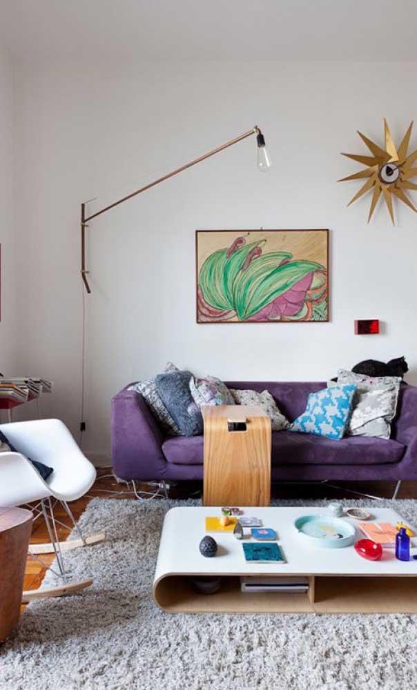 Aqui, o sofá roxo integra uma decor descontraída e divertida