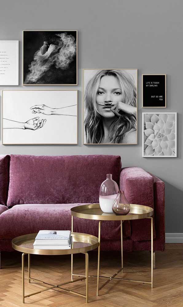 Sofá roxo de veludo combinado ao cinza moderno da parede e aos elementos dourados da decor
