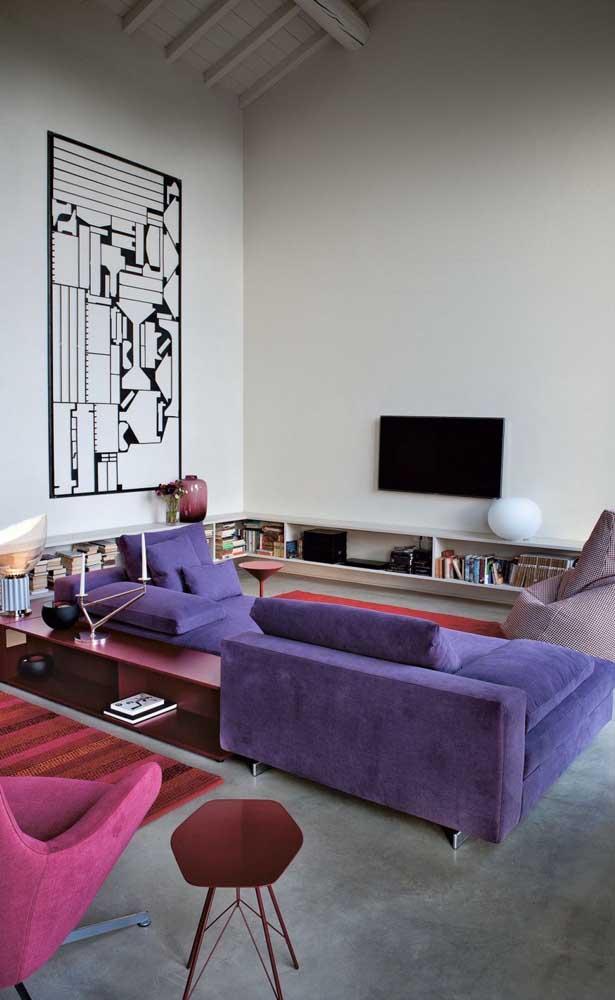Sofá roxo de canto para a sala moderna de pé direito alto