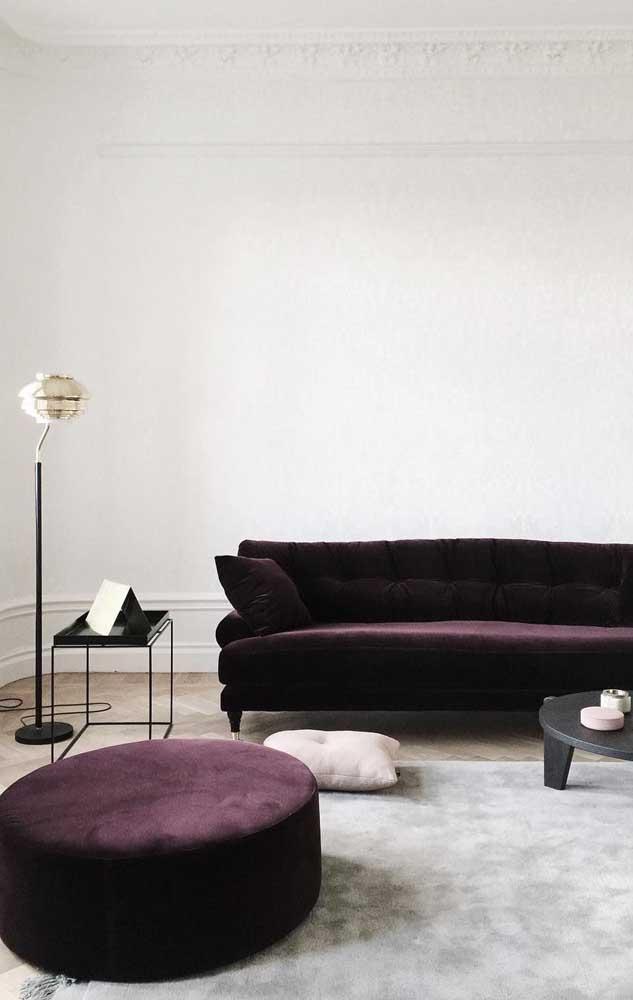O tom mais escuro de roxo traz sensualidade e glamour para sala de estar